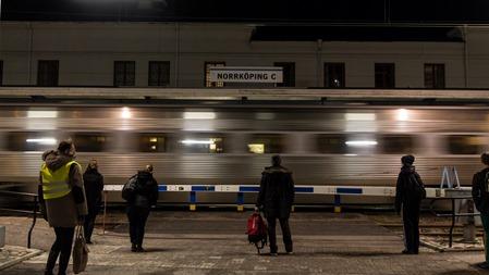 Ett snabbtåg passerar.