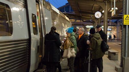 Äntligen får man komma in i tåget - och värmen.