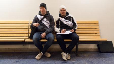 Två trevliga ungdomar i Hallsberg som på uppdrag av Jernhusen och Trafikverket delade ut enkäter med frågor om hur vi resenärer tycker om miljön på stationerna ( Publicering godkänd )