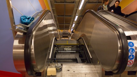 Nu bygger man om rulltrapporna i Södertälje Syd igen