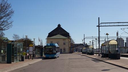 Blå buss mot matchande blå himmel