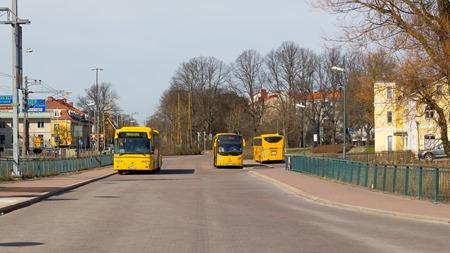 Gula bussar mot gul bakgrund