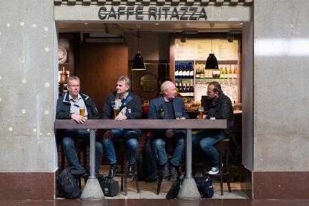 Vill man inte äta fint så finns det trots allt Café Bärs med riktiga grabbar utan kostym.