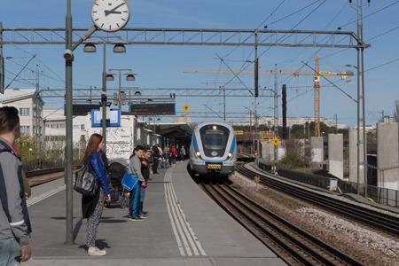 Men vi måste trots allt ha en riktig järnvägsbild så det får bli mitt pendeltåg som just kommer in på Årstaberg dit jag åkte med tåget innan för att fota tåg - men det kom inga tåg så det blev bara mitt eget tåg.