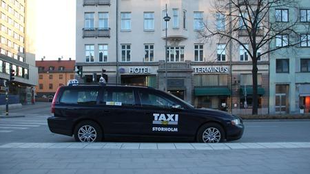 friåkare som stannar och väntar på kunder på Vasagatan utanför Stockholm C där man ställt sig på cykelbanan och tvingat ut cyklisterna i bilkörfältet.