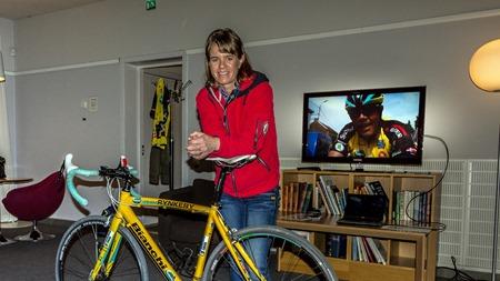 Susanne Ljungskog med cykel i SJs lounge