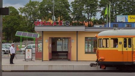 Tradition och kvalitet samt en riktig stationinspektor eller vad det nu heter i Uppsala. Men vad är det för grönt vidunder bakgrunden?