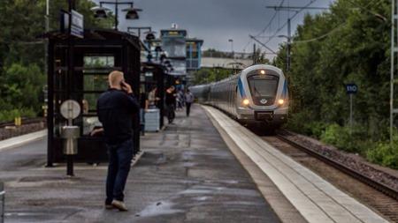 Vi slutar med en riktig tågbild dvs tåg, perrong och resenärer.