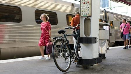 Smart att ta cykeln till tåget men parkeringen är kanske tveksam