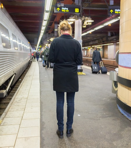 Ung kvinna bestulen på ryggsäck och dator