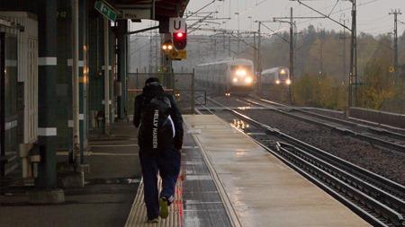 SJ 2000 och X40 Dubbeldäckare anländer till ett regndisigt Södertälje Syd