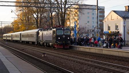 ( SJ Regional och packat med resenärer i Katrineholm som vill åka lite billigare till Stockholm eller stiga av längs vägen )
