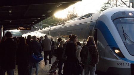X60 pendeltåg anländer till Handens pendeltågstation
