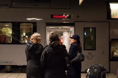 Häftiga damer i Skövde skall ut och åka tåg.