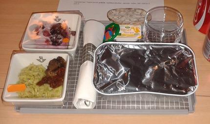 Meny 5 -  Risonisallad med soltorkad tomat och svamp Köttbullar med potatispuré  Skogsbärskaka ( Foto: Bloggläsare )