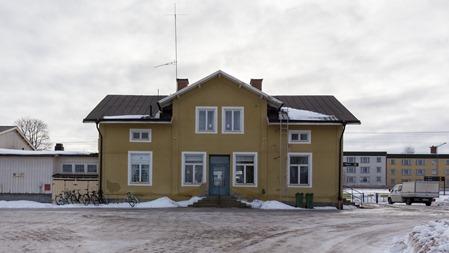 Säter station från gatusidan med isig uppfart och stationsplan
