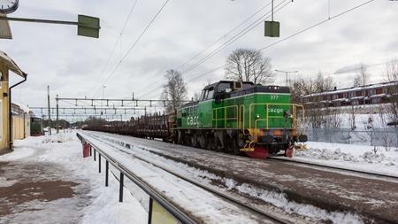 Godståg från Ramnäs bruk lastat med en kedja ankommer till Säter för tågmöte.