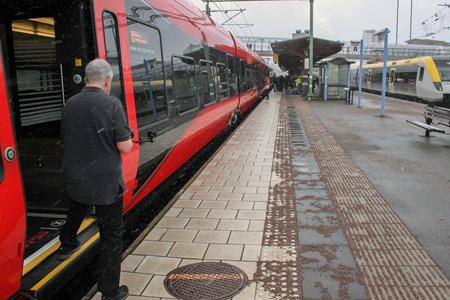 Ut i snögloppet för att filma påstigande resenärer i Skövde
