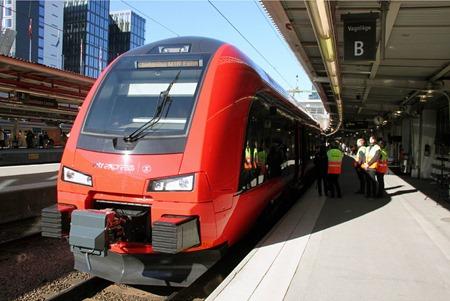 MTR Express redo för avgång mot Almnäs på invigningstur