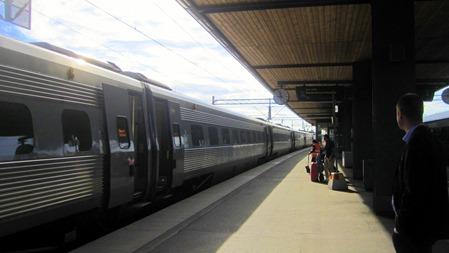 Södergående X2000 i Uppsala - OK att stiga på men först visa årskortet