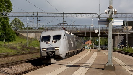 Tåg (10)437 anländer just till Katrineholm C enligt tidtabell 15.20 men klockan på perrongen visar 09.45.