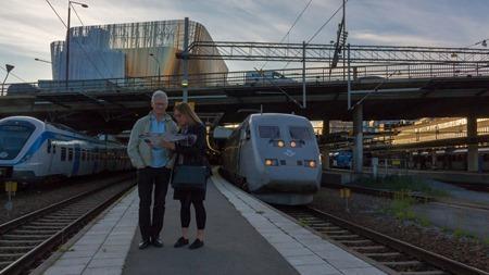 Glada turister/resenärer fram för megasent tåg