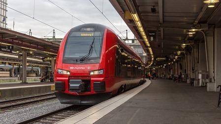 MTR Express piggt lysande tåg redo för avgång till Göteborg