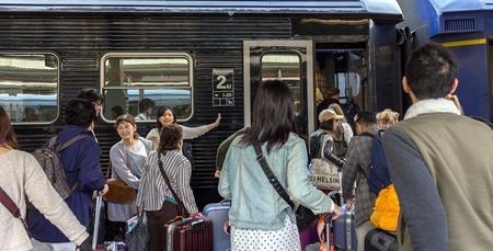 """Japanska """"tåginkastare"""" hjäper japanska resenärer hitta rätt."""