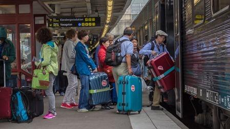 Japanska resenärer bordar tåg till Oslo