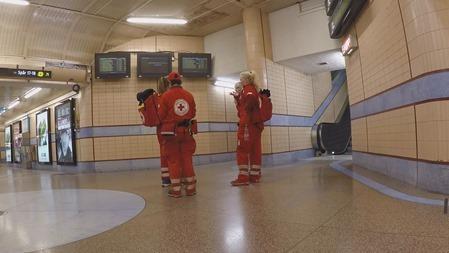 Röda Korsteam som inväntar nästa tåg från Malmö