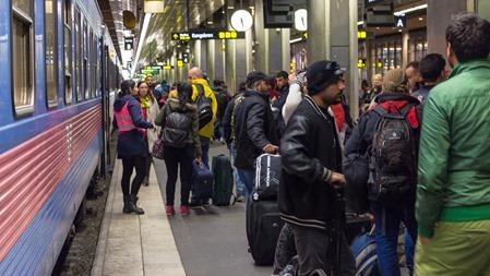 """""""Ledsagare"""" som ser till att flyktingar inte går på fel tåg"""
