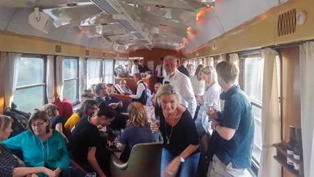 Fullt ös i barvagnen på Blå Tåget ( Fotograf: Tågresenär )