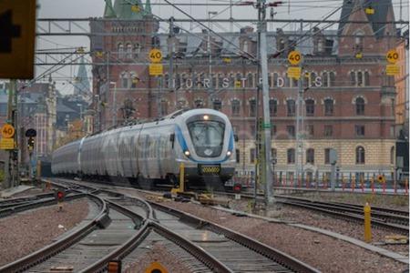 SL PENDELTÅG X60 ANLÄNDER SÖDERIFRÅN TILL STOCKHOLM C